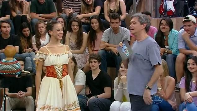 A bailarina Letícia Dias faz uma performance de balé no Altas Horas